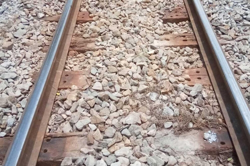 철로와 열차를 고정하는 나사못과 베이스 플레이트가 사라진 모습 [사진 pr.railway 페이스북]