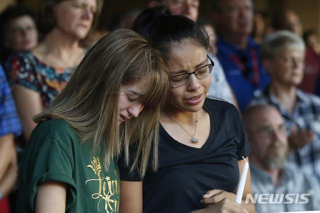 지난달 31일 세스 애런 에이토(36)가 미국 텍사스주 고속도로에서 총기를 난사해 7명이 숨졌다. 이중 한 명인 고등학생 레일라 에르난데스의 친구들이 1일 추모식에서 눈물을 흘리고 있다. 2019.09.03. / 뉴시스