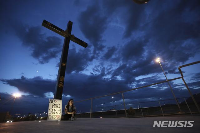미 앨라배마에서 3일(현지시간) 14세 소년이 가족에게 총격을 가해 5명이 숨지는 사건이 발생했다. 사진은 지난달 3일 멕시코 후아레스에서 한 여성이 텍사스 엘패소 총격 멕시코 희생자들을 추모하는 피켓 옆에 앉아있는 모습. 2019.09.04.