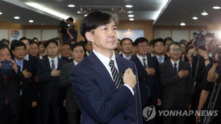 국기에 경례하는 조국 신임 법무부 장관 2019.9.9 / 연합뉴스
