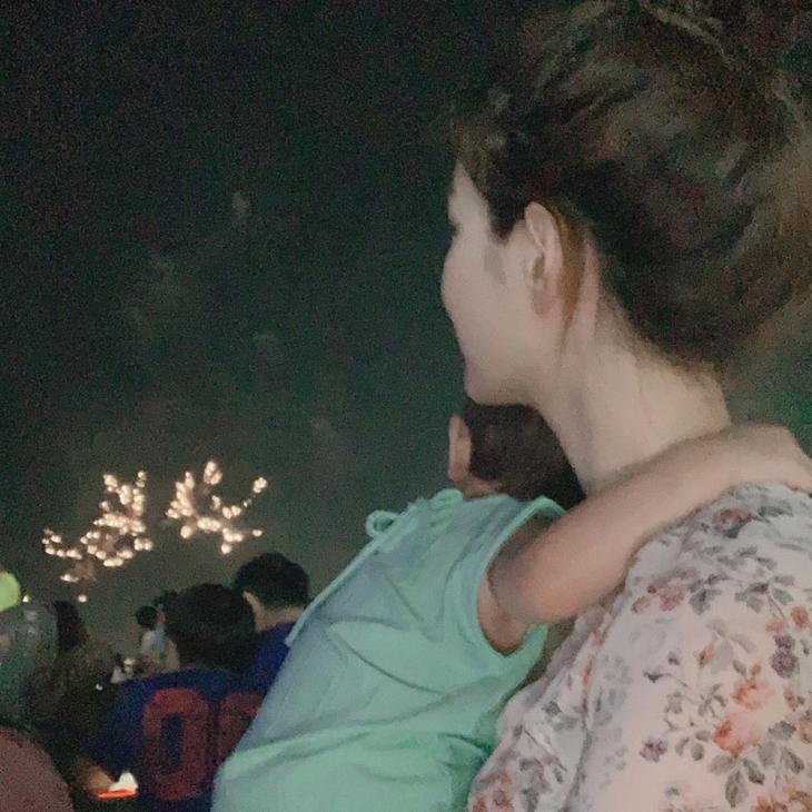 '살림하는 남자들2 최민환♥' 율희, 재율이와 꼭 붙어 불꽃놀이 즐겨…'둘째 쌍둥이 임신했다' | 인스티즈