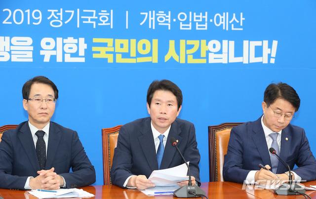 19일 서울 여의도 국회에서 열린 더불어민주당 정책조정회의에서 이인영 원내대표가 모두발언을 하고 있다 / 뉴시스