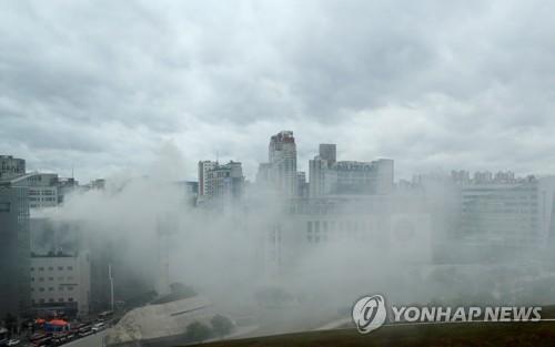 동대문 제일평화시장 화재 연기로 뒤덮인 동대문일대 / 연합뉴스
