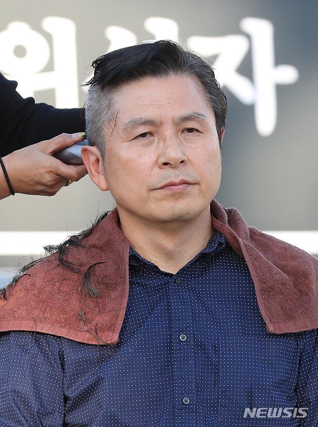 삭발 중 투블럭 헤어컷 된 황교안 / 연합뉴스