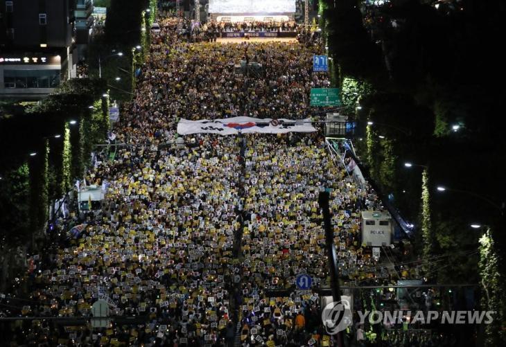 5일 오후 서초역 사거리를 가득 메운 조국수호 검찰개혁 촛불집회 / 연합뉴스