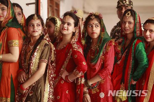 인도 전통복장을 한 여성들이 지난 13일 북서부 도시 잠무에서 열리는 로흐리 축제 공연을 구경하고 있다.인도 재무부는 29일 의회에 제출한 경제 보고서에서,인도 경제가 성장하고 있지만 여전히 성차별이 극심하다고 비판했다. 2018.1.30 / 뉴시스