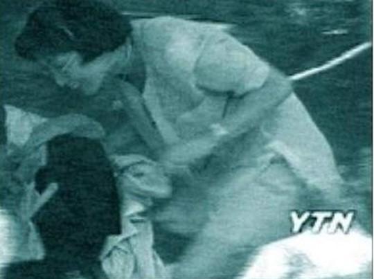삼풍백화점 붕괴 당시 물건을 도둑질 하는 모습 / YTN