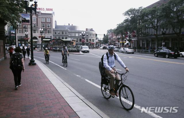 미국 매사추세츠주 캠브리지의 하버드 대학교 근처 도로을 달리는 자전거 이용자들 / AP/뉴시스