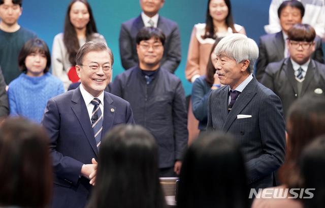 문재인 대통령이 지난 19일 오후 서울 MBC 미디어센터에서 열린 '국민이 묻는다, 2019 국민과의 대화'에 참석해 사회자 배철수와 대화하고 있다. 2019.11.19. / 뉴시스