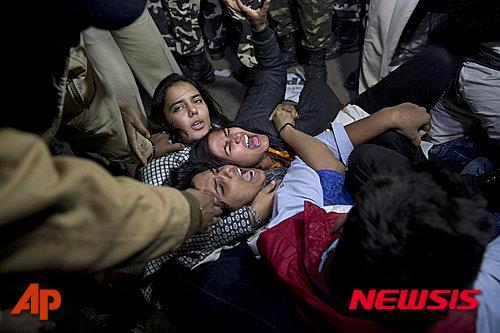지난 2012년 인도 뉴델리에서 발생한 버스 안에서의 여대생 성폭행범 6명 중 한 명이 20일 3년 간의 형집행 만료로 석방된 것에 항의하는 시위를 벌이는 인도 여성들이 경찰에 연행되면서 석방 반대 구호를 외치고 있다. 인도 우타르프라데시주에서 5일 지난 3월 자신을 집단 성폭행한 남성들의 재판에 참석하려던 피해 여성이 거리에서 산채로 불이 붙여져 생명이 위태롭게 됐다고 인디아 투데이가 보도했다. 2019.12.5 AP/뉴시스