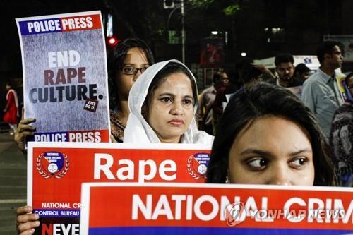 인도 동부 콜카타에서 성폭행 근절 등을 주장하며 시위를 벌이는 여성들. [AP=연합뉴스]