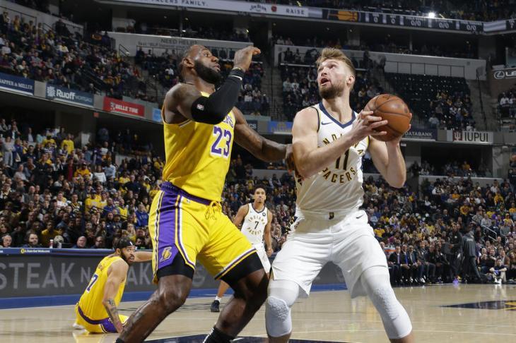 공격을 시도하는 도만타스 사보니스와 그를 막는 르브론 제임스 / NBA 공식 홈페이지
