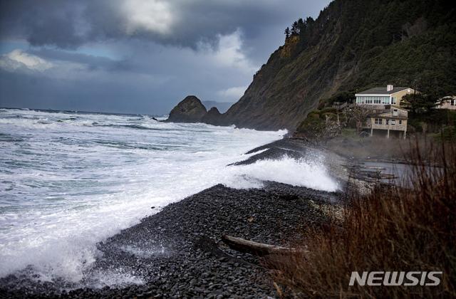 1월 12일(현지시간) 오리건주의 해변을 강타하는 돌발성 거대 파도. 이 지역에서는 전 날 4살과 7살 남매를 데리고 파도를 구경하던 일가족이 바다로 휩쓸려 들어가 아이들이 죽고 아빠는 구조되었다. / 뉴시스