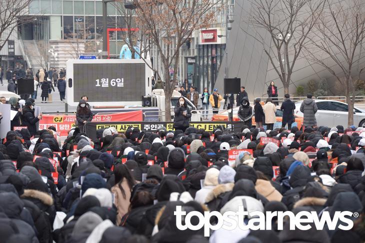 CJ ENM 규탄과 엑스원(X1) 새그룹 결성 요구 시위  / 서울, 최규석 기자