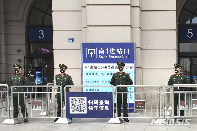 폐렴사태로 봉쇄령이 내려진 23일 중국 우한에서 경찰들이 폐쇄된 기차역 앞을 지키고 있다. 2020.01.23 / 뉴시스