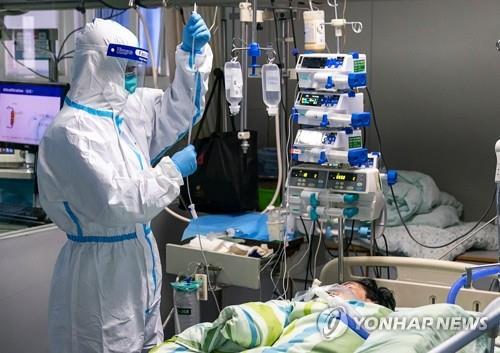 24일 중국 후베이성 우한의 한 병원 집중치료실에서 보호복을 입은 의료진이 신종 코로나바이러스 감염증(우한 폐렴) 환자를 치료하고 있다. / 연합뉴스