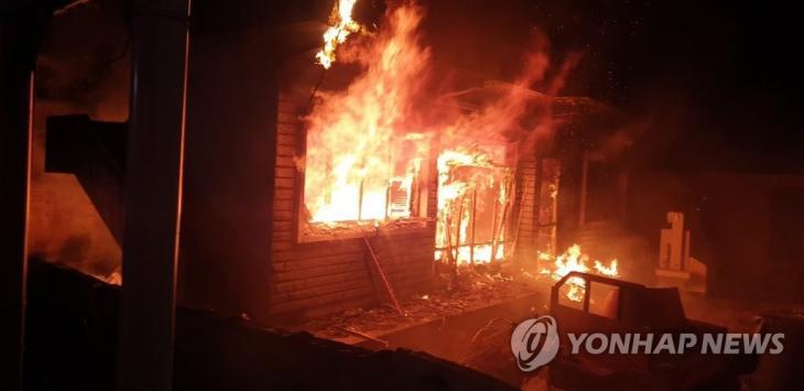 26일 오전 경남 밀양시 무안면 한 단독주택에서 방화로 인한 불이 나 주택 밖으로 불길이 치솟고 있다. 2020.1.26 [경남소방본부 제공]