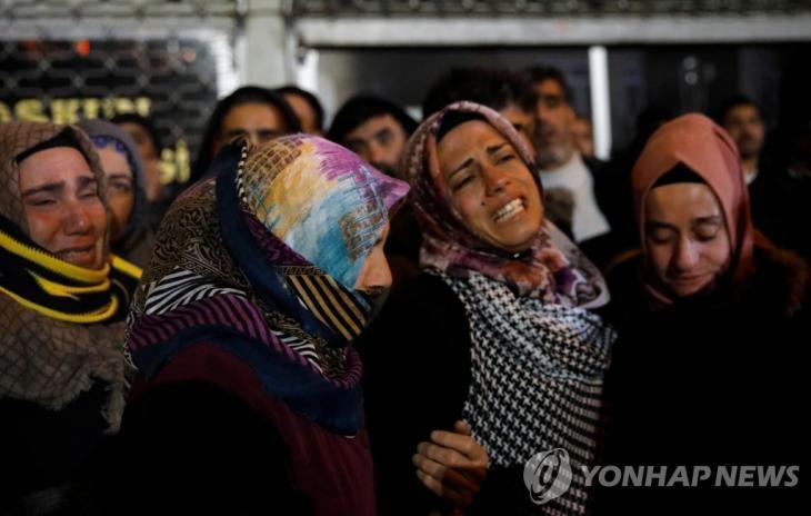 터키 동부 엘라지에서 지진 피해자의 유족이 슬퍼하고 있다. [로이터=연합뉴스]