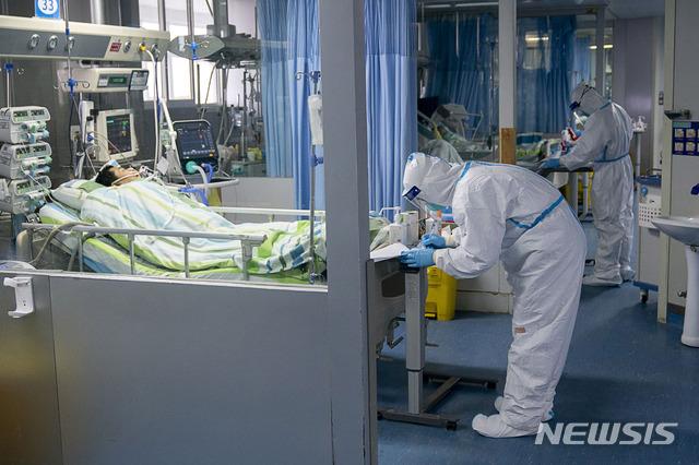 중국 후베이성 우한시 한 병원 중환자실에서 지난 24일 의료진이 환자를 치료하고 있다. 중국에서는 신종 코로나바이러스로 인한 이른바 '우한 폐렴'이 확산하고 있다. 이로 인한 사망자가 41명으로 늘어났다. 2020.01.25. / 뉴시스