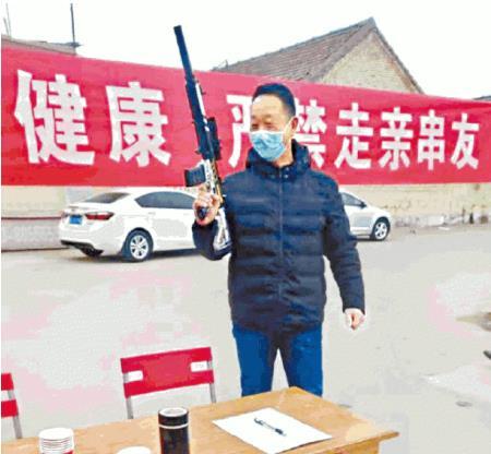 중국의 한 마을에서 총을 들고 후베이인의 진입을 막는 모습 / 빈과일보 캡처