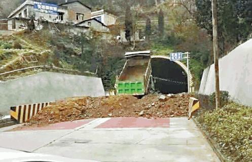 후베이성 접경 마을에서 흙으로 후베이성으로 통하는 터널을 막는 모습 / 빈과일보 캡처