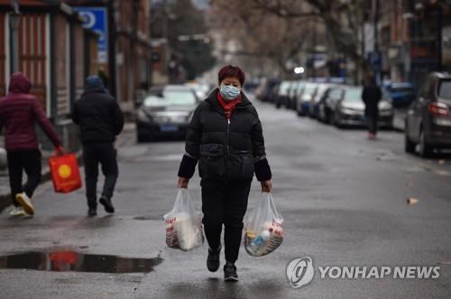 지난 26일 장을 본 후 귀가하는 우한 시민 [AFP=연합뉴스]