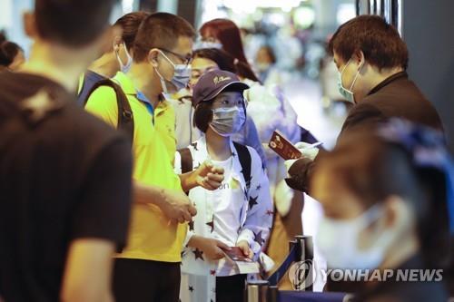 공항에서 마스크를 쓴 승객들(기사와 직접 관련 없음) [EPA=연합뉴스]