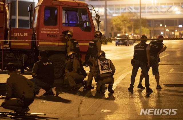 8일(현지시간) 태국 코랏의 터미널21 쇼핑몰에서 태국 군인 한 명이 총기를 난사해 경찰과 특수부대가 출동한 가운데 9일 경찰이 쇼핑몰 밖 트럭 뒤에서 대응하고 있다. 용의자는 8일 오후 나콘랏차시마시 인근 군부대에서 지휘관과 다른 두 명을 살해한 후 무기를 훔쳐 달아나 터미널21 쇼핑몰에 들어가 민간인들에게 총격을 가했다. 용의자 체포 여부는 알려지지 않은 가운데 태국 국방부는 8일 오후 기준 최소 20명이 숨지고 30여 명이 다쳤다고 밝혔다. 2020.02.09.