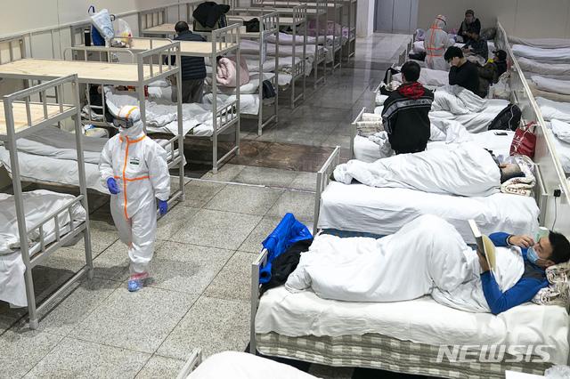 신종 코로나바이러스 감염증(우한폐렴) 진원지인 중국 후베이성 우한시에서 전시장으로 쓰이던 공간에 임시 병원이 설치된 모습이다. 2020.02.10. / 뉴시스