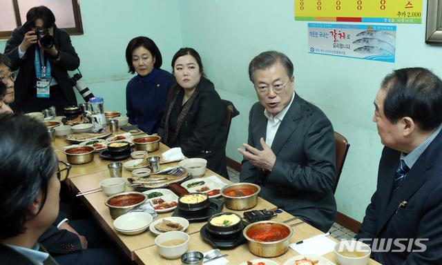 문재인 대통령이 신종 코로나 바이러스 감염증(COVID-19)으로 위축된 내수경제 활성화를 위해 12일 서울 남대문시장을 방문해 시장 상인들과 오찬을 하며 이야기를 나누고 있다. 2020.02.12 /뉴시스
