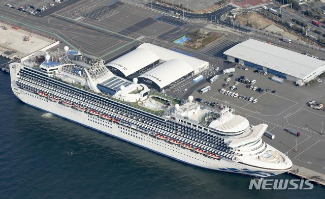일본 요코하마항에 12일 대형 유람선(크루즈) '다이아몬드 프린세스'호가 정박해 있다. 항구에는 대기하고 있는 구급차들의 모습도 보인다. 일본 정부는 이날 해당 크루즈에서 39명의 신종 코로나바이러스 감염증 확진자가 나왔다고 밝혔다. 이로써 크루즈 내 확진자는 174명으로 늘었다. 2020.02.12. / 뉴시스