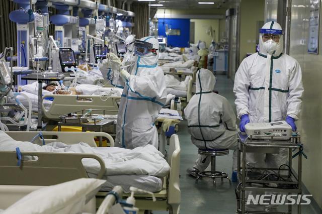 중국 후베이성 우한의 한 병원에서 6일 보호복을 입은 의료진이 코로나 19 환자들을 돌보고 있다. 2020.02.13 / 뉴시스