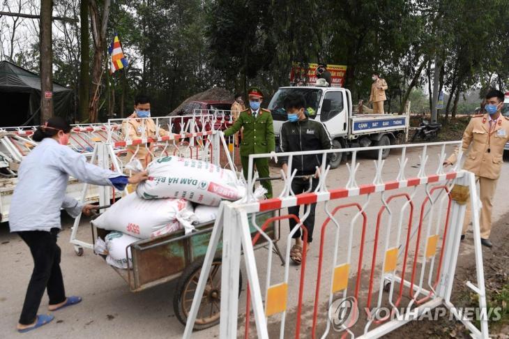봉쇄된 베트남 빈푹성 선로이 지역 출입로 [AFP=연합뉴스]