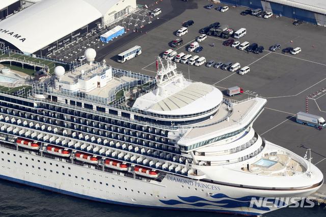 일본 요코하마항에 12일 대형 유람선(크루즈) '다이아몬드 프린세스'호가 정박해 있다. 항구에는 대기하고 있는 구급차들의 모습도 보인다. 일본 정부는 이날 해당 크루즈에서 39명의 신종 코로나바이러스 감염증 확진자가 나왔다고 밝혔다. 이로써 크루즈 내 확진자는 174명으로 늘었다. 2020.02.12.