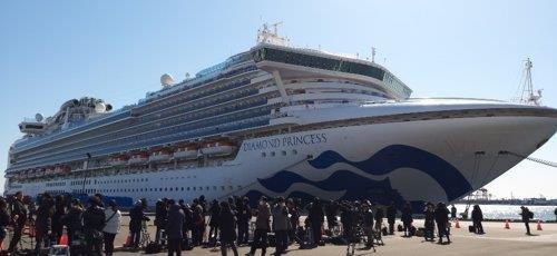 11일 낮 대형 여객선 '다이아몬드 프린세스'가 접안해 있는 요코하마 다이코쿠(大黑)부두에 일본 국내외 취재진이 몰려 있다. 2020.2.11
