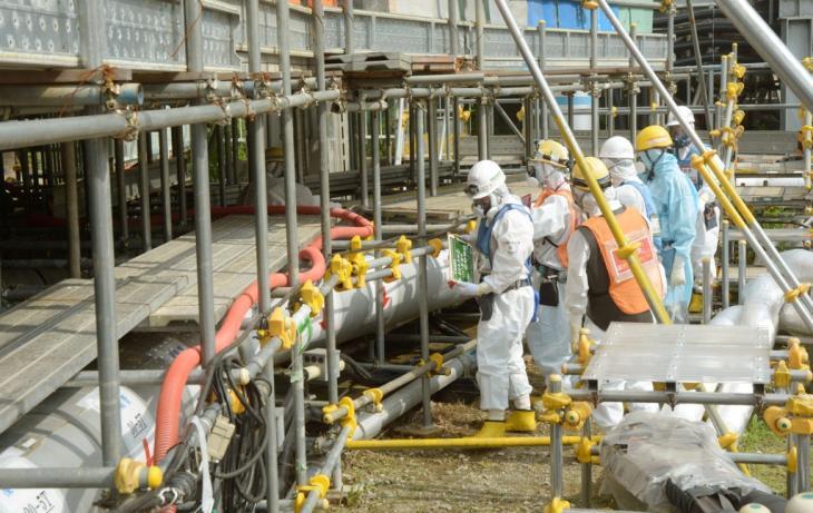 2017년 8월 22일 일본 후쿠시마 제1원전에서 근로자들이 방호복을 입고 작업 중이다. [교도=연합뉴스 자료사진]