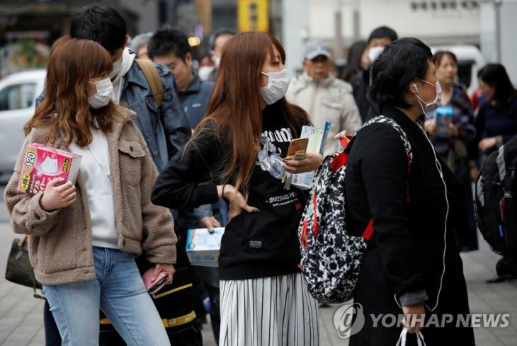 2월 14일 일본 도쿄의 한 약국 앞에서 시민들이 마스크를 사기 위해 줄을 서서 기다리고 있다 / 연합뉴스 제공