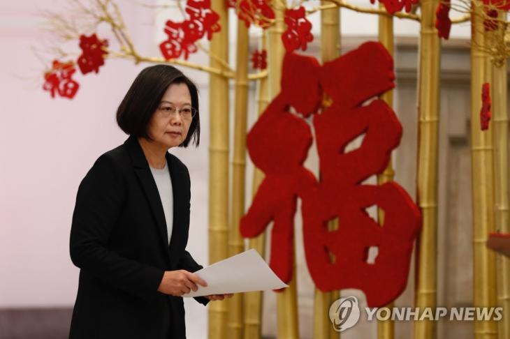 중국에 '코로나19' 정보 공개 촉구하는 대만 총통. 차이잉원 대만 총통이 지난달 22일 타이베이에서 우한 폐렴 확산과 관련한 기자회견에 나서고 있다. 차이 총통은 중국 정부가 이번 사태에 대해 더 투명한 자세를 취할 것을 촉구했다. / 연합뉴스