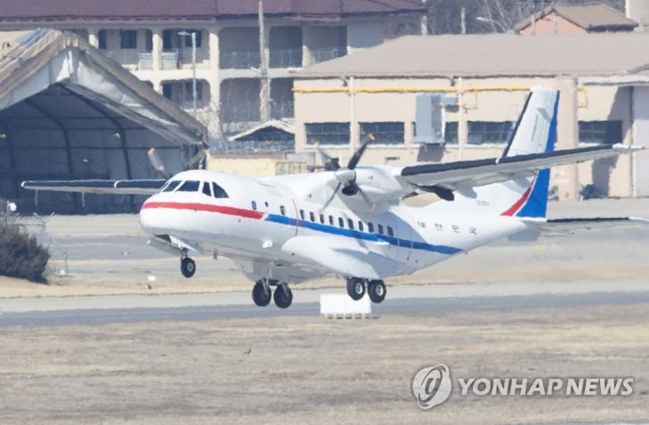 일본 요코하마(橫浜)항에 정박 중인 크루즈선 '다이아몬드 프린세스'에 타고 있는 한국인 4명과 일본인 배우자 1명을 이송하기 위한 대통령 전용기(공군3호기)가 18일 오후 서울공항에서 일본 하네다공항을 향해 이륙하고 있다. / 연합뉴스
