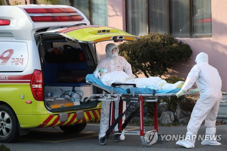 청도 대남병원서 부산 이송 확진 환자 사망 / 연합뉴스