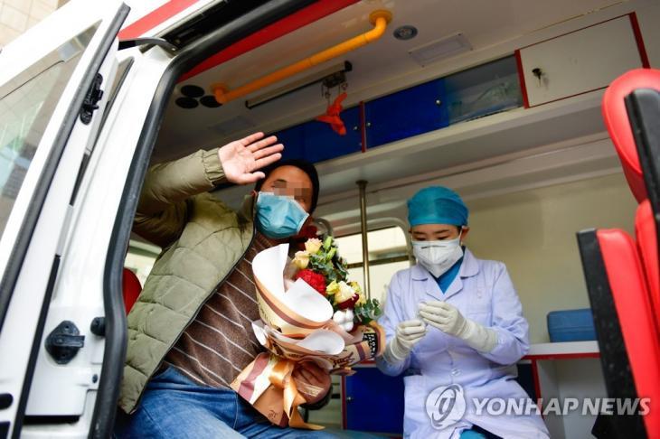 21일 중국 싱하이성의 퇴원 환자. 사진은 기사와 관계없음. [신화=연합뉴스]