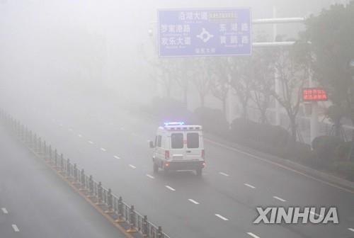 텅빈 우한 시내 도로 달리는 응급 차량 [신화=연합뉴스]