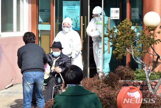 신종 코로나바이러스 감염증(코로나19) 확진자가 다수 발생한 경북 청도군 대남병원에서 22일 오후 일반 환자들이 집으로 돌아가고 있다. 2020.02.22. /뉴시스