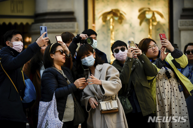 [밀라노=AP/뉴시스] 24일(현지시간) 신종 코로나바이러스 감염증(코로나19) 환자가 폭증한 이탈리아 밀라노 중심가에서 마스크를 쓴 관광객들이 사진을 찍고 있다. 이탈리아 누적 확진자는 최소 229명이며 사망자는 7명으로 늘었다. 2020.02.25.