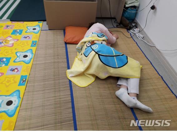청도 대남병원에서 잠을 자고 있는 간호사 / 뉴시스