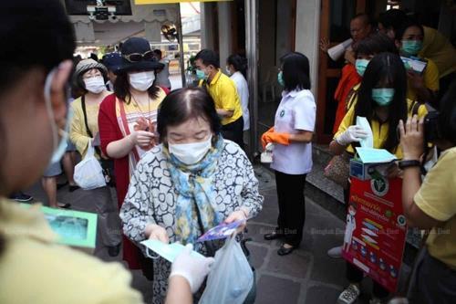 방콕의 한 사원에서 보건 관계자들이 마스크를 배포하고 있는 모습. [방콕포스트 캡처]