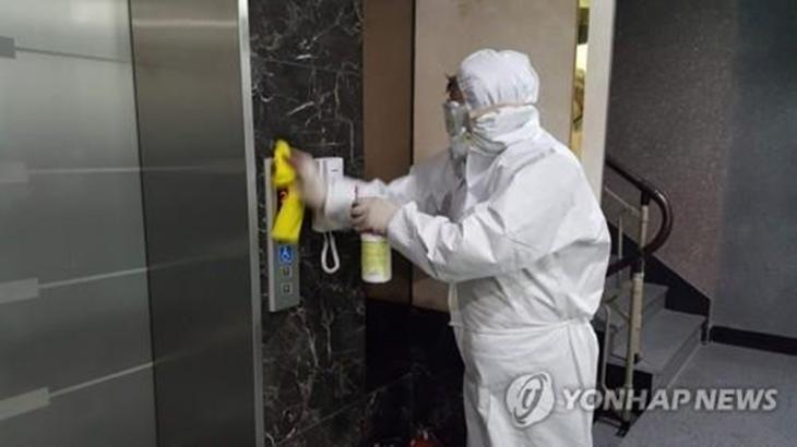 아산 배방읍 건물 소독 중인 모습 / 연합뉴스