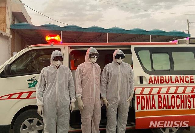 전신 보호복을 입은 파키스탄 보건 관계자들이 25일(현지시간) 파키스탄-이란 국경 지역인 타프탄에서 대기하고 있다. 이 지역은 이란에서의 신종 코로나바이러스 감염증 확산으로 폐쇄됐다. 2020.02.26. / 뉴시스