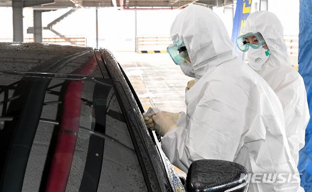 뉴시스에 따르면 28일 광주 북구보건소 맞은 편 효죽주차장에서 공무원들이 드라이브 스루(drive through) 방식의 신종 코로나바이러스 감염증(코로나19) 선별진료소 시연을 하고 있다. 북구는 3월 1일까지 해당 진료소를 시범 운영한 뒤 연장 여부를 정한다. 2020.02.28. / 뉴시스