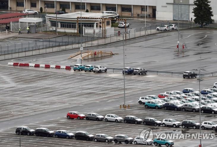 코로나19 사태 확산 우려에 따라 폐쇄된 스페인 팜플로나의 폭스바겐 공장의 모습 / 연합뉴스